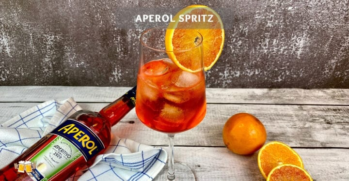 Aperol spritz cocktail mit orange